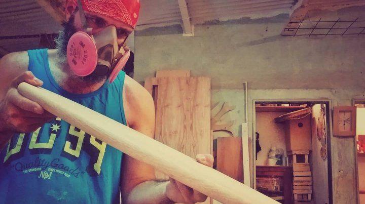 El shaper tratando con cariño la madera que se convertirá en un skate.