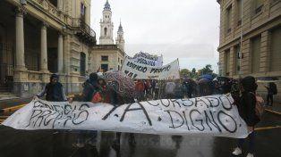 Bajo la lluvia. La manifestación tuvo su punto de partida en la esquina de Urquiza y Corrientes