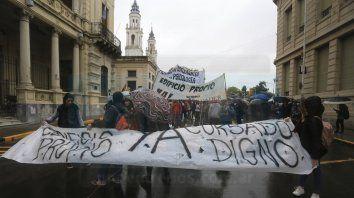 Bajo la lluvia. La manifestación tuvo su punto de partida en la esquina de Urquiza y Corrientes, en Paraná.