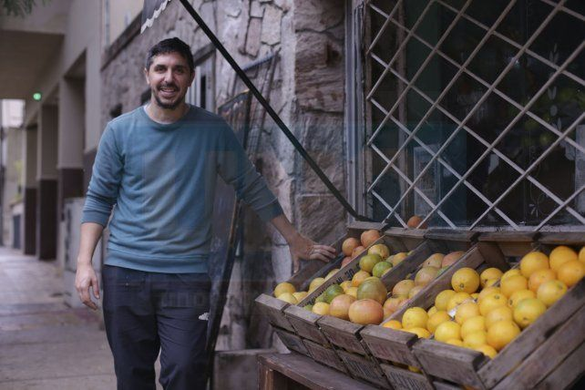 Su nuevo rubro. Adriel Bulay ya no vive solamente del deporte más popular. En 2018 se hizo cargo de una verdulería que atiende a diario.