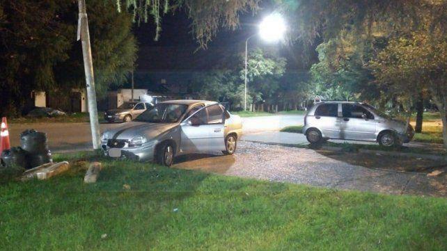 Un auto terminó contra un poste por esquivar a otro