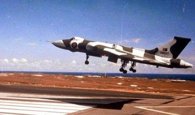 Un Vulcan de la Royal Air Force: los aviones volaron de la isla Ascensión a Malvinas para lanzar 17 bombas de 500 kilos sobre los aeródromos de las islas.