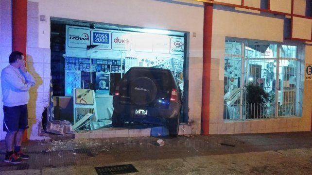Por esquivar una moto incrustó su camioneta en un local comercial