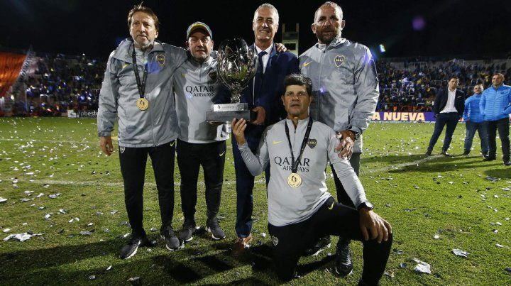 El cuerpo técnico con la primera Copa en Boca.