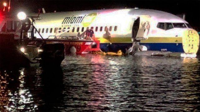 Un avión con 136 pasajeros despistó y cayó al río: no hubo víctimas