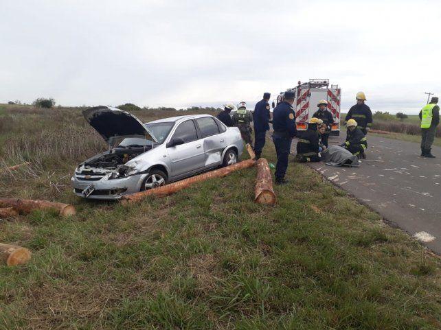 Un camión perdió su carga en la ruta y un coche no pudo evitar el choque