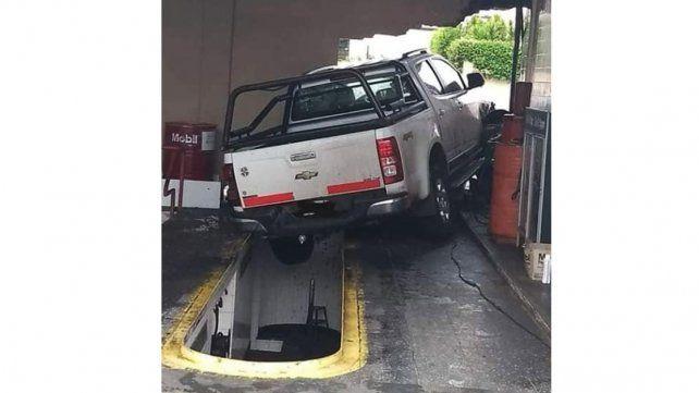 Acelerada: Una camioneta se descontroló en un service y atravesó una pared