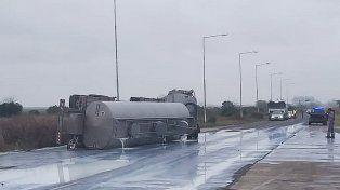 Una carga de leche se malogró en un accidente en ruta 20