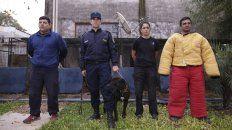 Guías y perros. Luciano Ramírez, Roberto Heintze, María Emilia Álvarez y Sergio Sánchez, con un perro raza corso, en el área de los caniles.