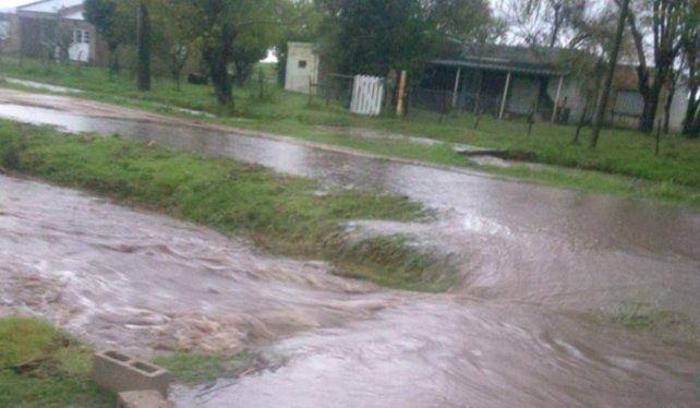 En Valle María hubo desborde de arroyos y calles anegadas
