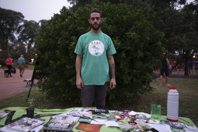 Iván en el puesto que armó la Agrupación Paranaense de Agricultores Cannábicos.