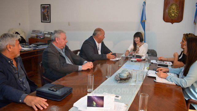 Reunión. Funcionarios del Ministerio de Salud de la Provincia se reunieron el viernes con dirigentes.