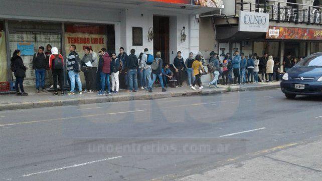 Paraná: Interminable fila de postulantes para un nuevo puesto laboral
