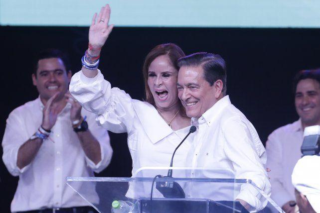 Acompañado. Cortizo celebra su victoria en la ciudad capital junto a su pareja.