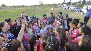 Ritual. La familia de Arenas FC realizó su clásica arenga en los terrenos donde edificarán su casa propia.