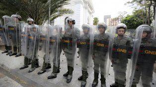Tensión. En la puerta de la Asamblea Legislativa hubo personal del Ejército custodiando.