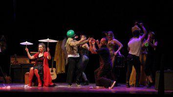 A la vista. Con actuación y performances, la obra muestra cómo el grupo arma una dramaturgia.