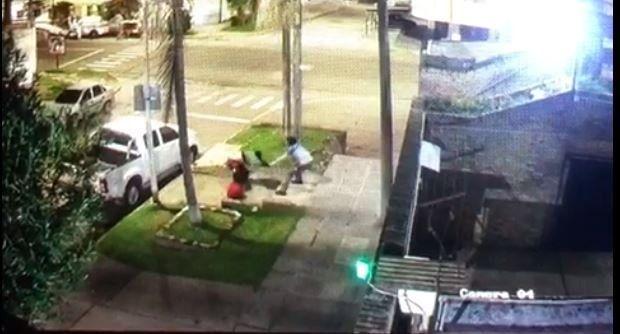 La víctimaforcejeando con el ladrón.