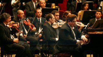 Juntos. La Sinfónica y Bruno Gelber, en un recital organizado por la Asociación Mariano Moreno.