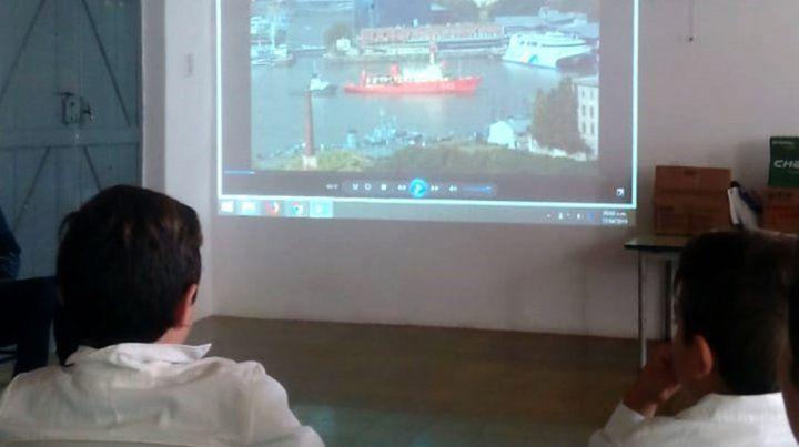 Personal del buque oceanográfico ARA Puerto Deseado visitaron a sus ahijados y les llevaron regalos