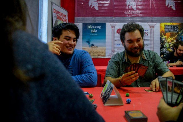 Guido Ávalos y Fede Vimberg disfrutando del juego de cartas Magic: The Gathering.
