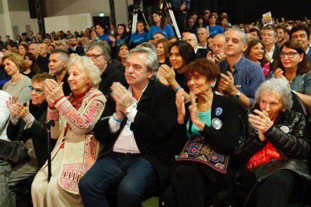 Aplaudidores. Fernández participó del lanzamiento del libro de CFK. Foto: La Nación