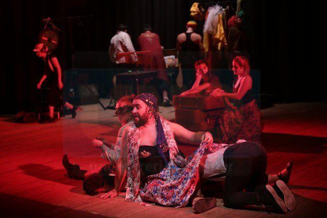 expuestos. Los actores rompen la cuarta pared y exponen ante los espectadores los recursos teatrales.