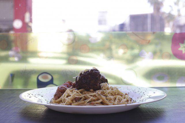 Los espaguetis, sin gluten, de maíz con albóndigas vales 150 pesos.