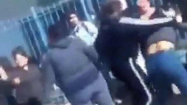 Madres se agarraron a piñas en la puerta de una escuela y tuvo que intervenir la Policía