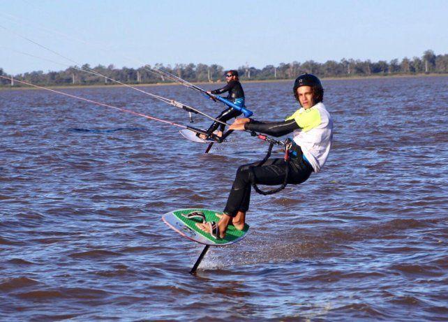 El pibe de 15 años tiene una gran proyección en los deportes náuticos.