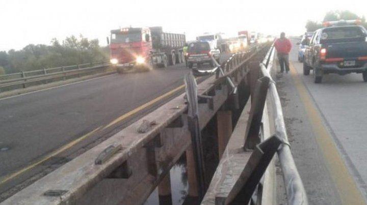 Se durmió al volante y quedó colgado de las barandas de un puente