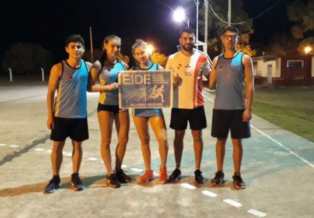 Equipo completo. Los integrantes de la EIDE junto al entrenador Alan Espinosa.