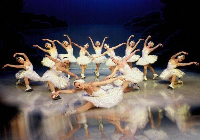 El Ballet Estatal de San Petersburgo sobre hielo presenta El lago de los cisnes
