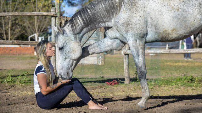 En casa. La paranaense de 24 años Ana Orbes en El Nogal donde pasa casi todas las horas de sus días junto a los caballos