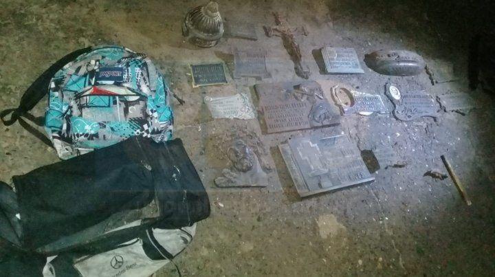 Había ruidos nocturnos en el cementerio y descubrieron el robo de 100 kilos de placas fúnebres