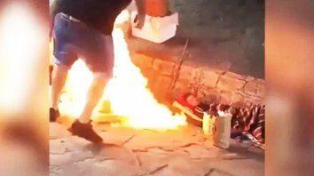 aberrante: le prendieron fuego a dos hombres en situacion de calle y registraron el ataque
