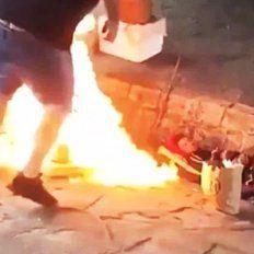 Aberrante: le prendieron fuego a dos hombres en situación de calle y registraron el ataque