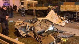 Cuatro jóvenes murieron en brutal choque contra un camión en confusa persecución policial