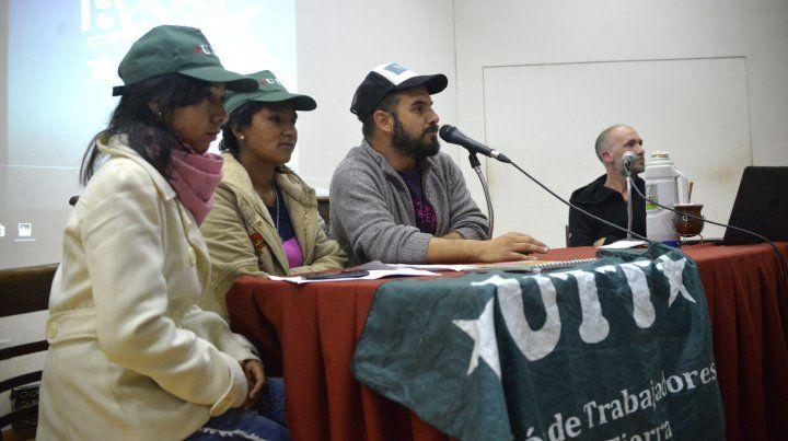 Trabajadores de la tierra junto a Julián Stopello integrante de Cause.