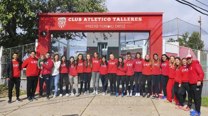 Las Rojas. Las chicas de Talleres partieron ayer desde la sede de calle Feliciano. Quieren pelear bien arriba
