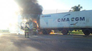 dejo el camion en marcha para comprar algo y al volver, el vehiculo ardia en llamas