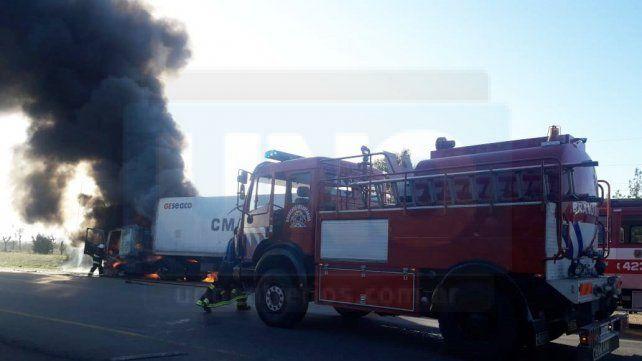 Dejó el camión en marcha para comprar algo y al volver, el vehículo ardía en llamas