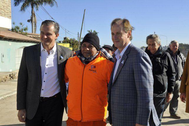 El trabajador provincial se llevó una foto con las máximas autoridades municipales.
