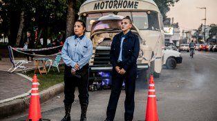 Simulacro. Actrices vestidas como inspectoras de Tránsito invitaron a automovilistas a asistir a las funciones.