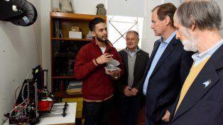 El gobernador visitó al estudiante que creó una mano ortopédica