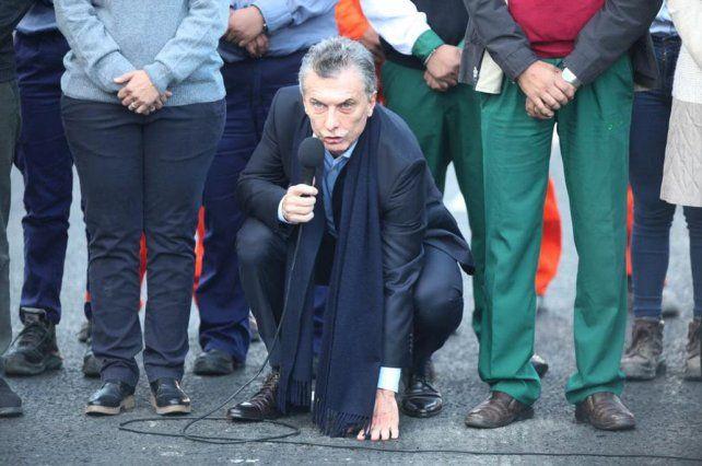 Resultado de imagen para Macri toca el pavimento en el Paseo del Bajo
