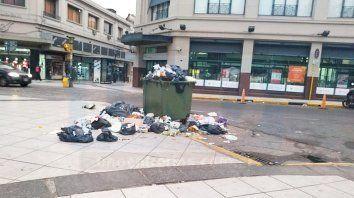 La ciudad amaneció con basura en las calles.