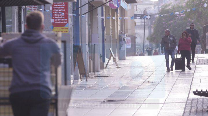 Comercios cerrados y poca gente en la peatonal de Paraná