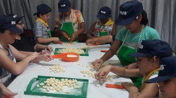 chicos fabrican y venden noquis, y aprenden sobre el valor real del esfuerzo