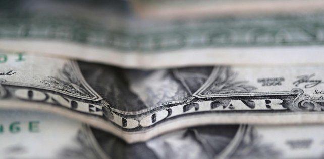 El dólar modera alza y se vende a $58,07